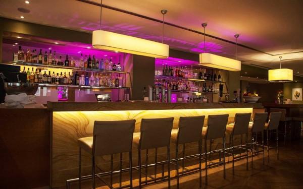 Unser Barchef kreiert exquisite Cocktails und kalte Drinks – regionale Spezialitäten dürfen nicht fehlen.